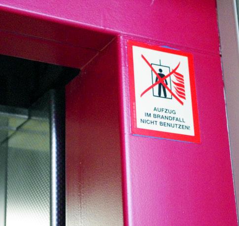 Warnzeichen am Aufzug